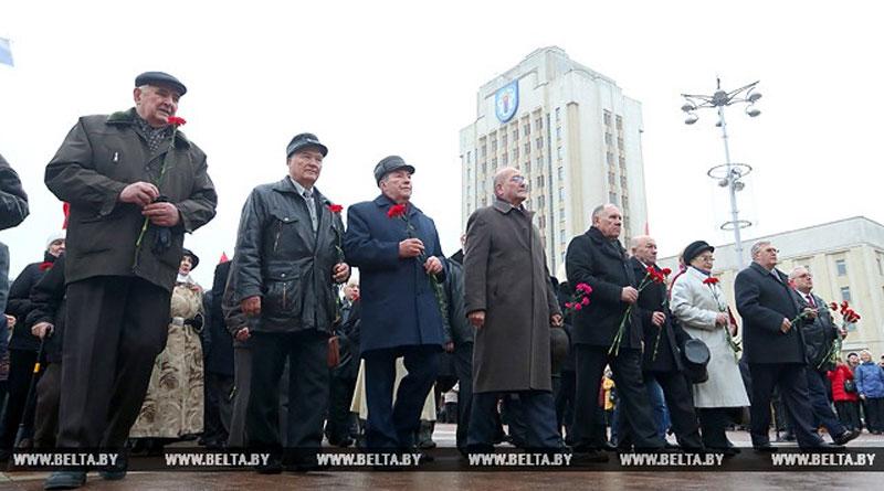 Цветы к памятнику Ленина