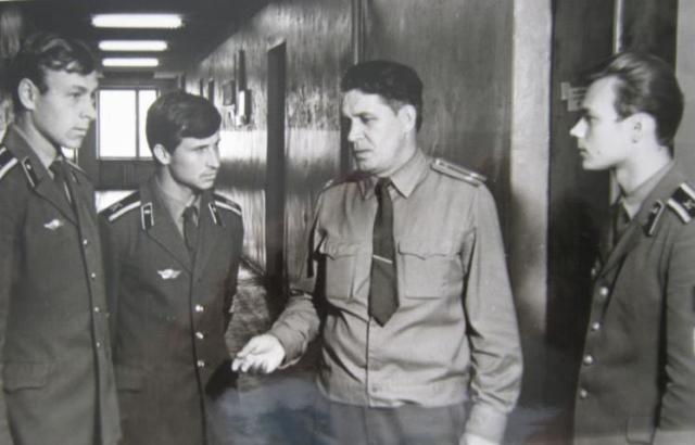 Старший преподаватель ДВВПУ  Троско с курсантами
